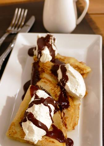 Crepes con chantilly y salsa de chocolate - Presentación